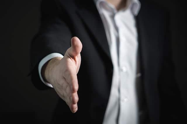 Anbieten des Handschlages als Symbol des Versprechens